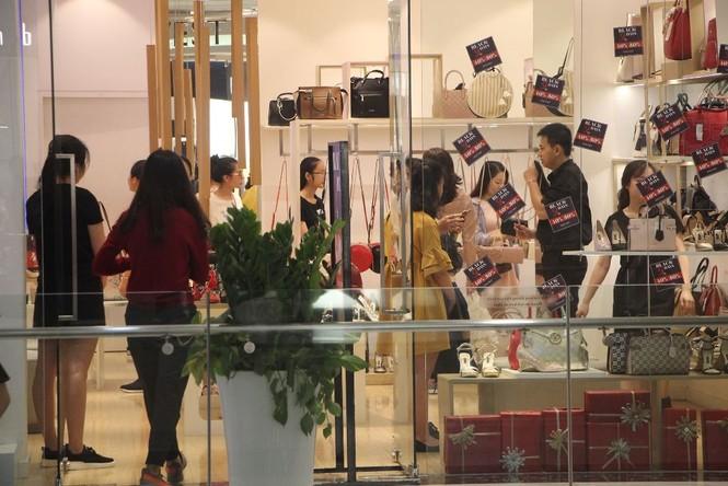 Dân sài Gòn 'ngẩn tò te' với hàng giảm giá Black Friday - ảnh 3