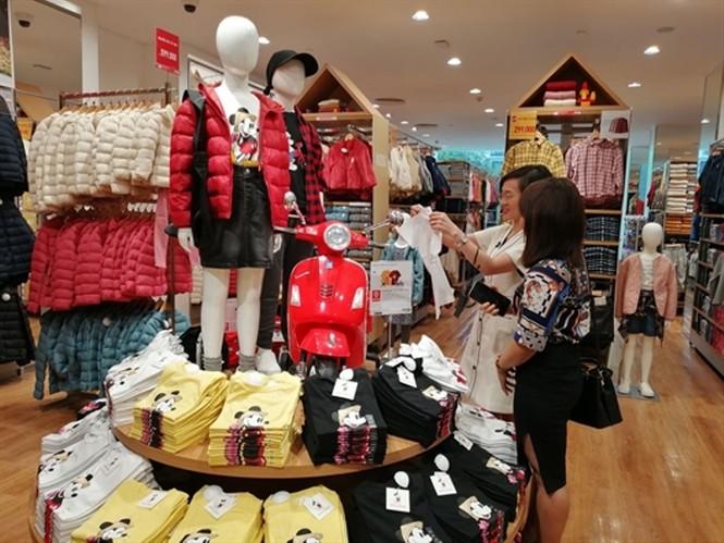 Xếp hàng dài hơn 3 tiếng để mua quần áo Nhật ngày đầu ra mắt tại TPHCM - ảnh 10