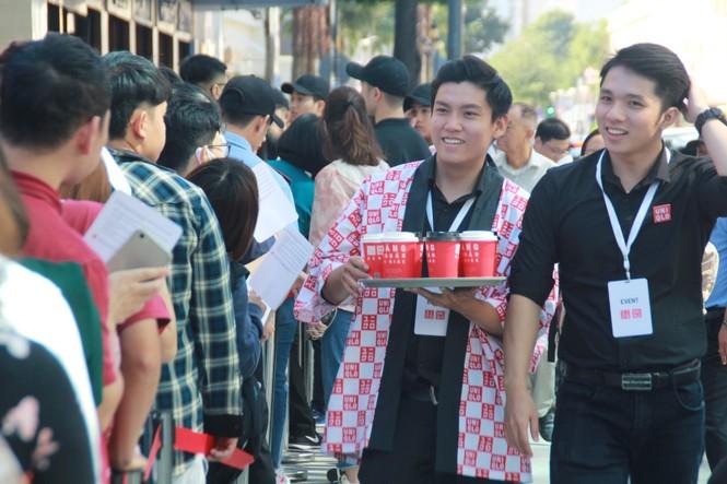 Xếp hàng dài hơn 3 tiếng để mua quần áo Nhật ngày đầu ra mắt tại TPHCM - ảnh 6