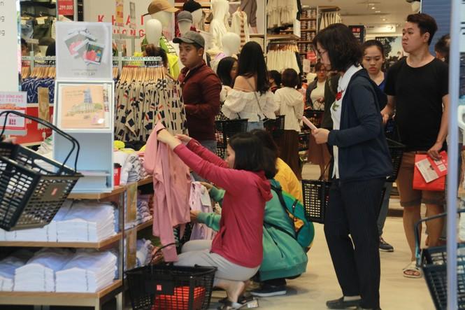Xếp hàng dài hơn 3 tiếng để mua quần áo Nhật ngày đầu ra mắt tại TPHCM - ảnh 9