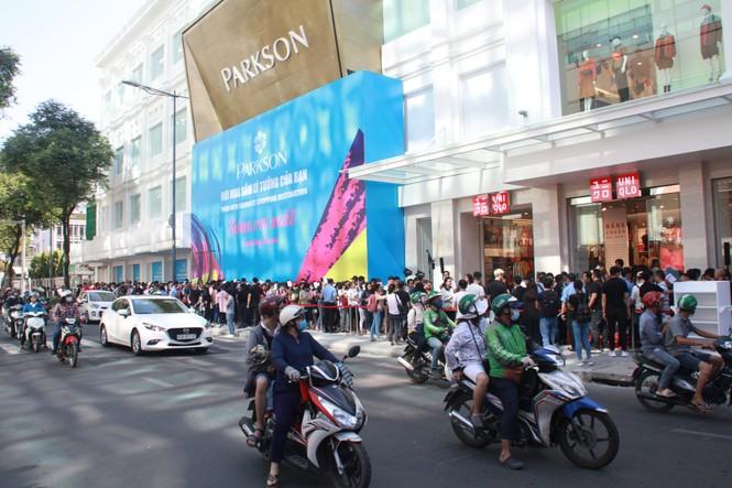 Xếp hàng dài hơn 3 tiếng để mua quần áo Nhật ngày đầu ra mắt tại TPHCM - ảnh 1