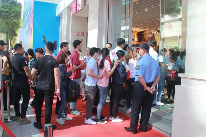 Xếp hàng dài hơn 3 tiếng để mua quần áo Nhật ngày đầu ra mắt tại TPHCM - ảnh 8