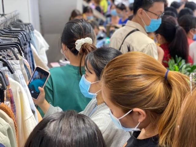 TPHCM: Rồng rắn chen chân mua hàng giảm giá ngày Black Friday - ảnh 1