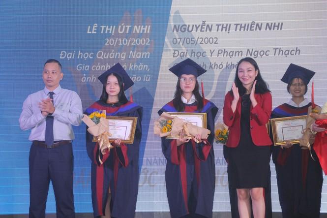 Phần thưởng bất ngờ dành cho cô thủ khoa người H'rê Đinh Thị Huệ - ảnh 11