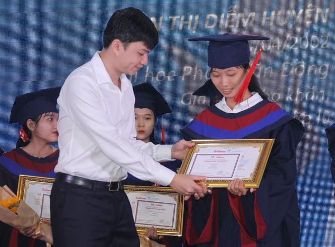 Phần thưởng bất ngờ dành cho cô thủ khoa người H'rê Đinh Thị Huệ - ảnh 7