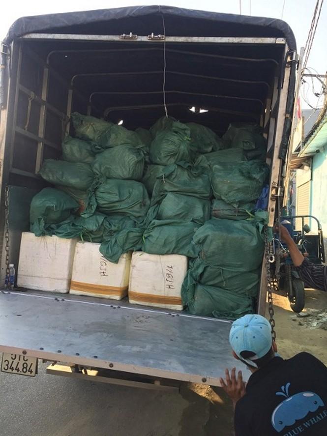 Hơn 5,5 tấn thịt, hải sản chứa trong bao tải không có nguồn gốc xuất xứ - ảnh 2