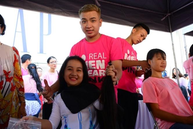 Xúc động cảnh bé gái hiến tóc tặng bệnh nhân ung thư vú - ảnh 15