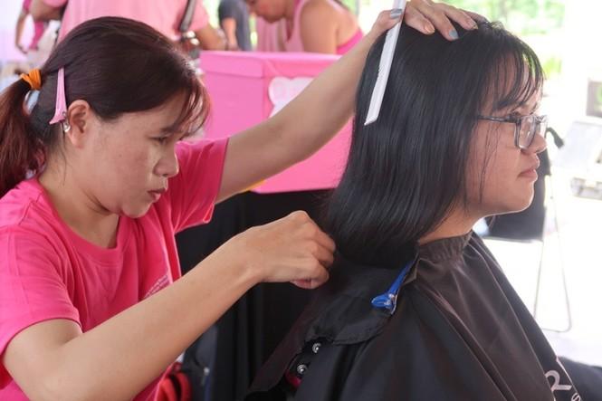 Xúc động cảnh bé gái hiến tóc tặng bệnh nhân ung thư vú - ảnh 12