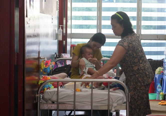 Sởi bùng phát tại TPHCM: Người lớn, trẻ nhỏ ùn ùn nhập viện - ảnh 4