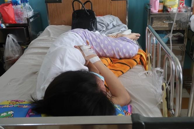 Sởi bùng phát tại TPHCM: Người lớn, trẻ nhỏ ùn ùn nhập viện - ảnh 7