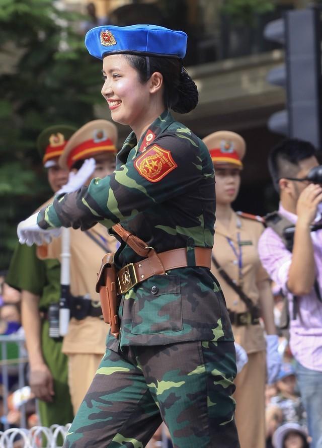 Cận cảnh nhan sắc nữ sĩ quan quân y gây 'sốt' mạng - ảnh 7
