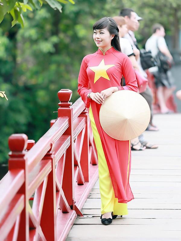 Nữ sinh Hà thành duyên dáng với áo dài cờ đỏ sao vàng - ảnh 8