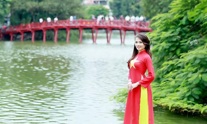 Nữ sinh Hà thành duyên dáng với áo dài cờ đỏ sao vàng - ảnh 10