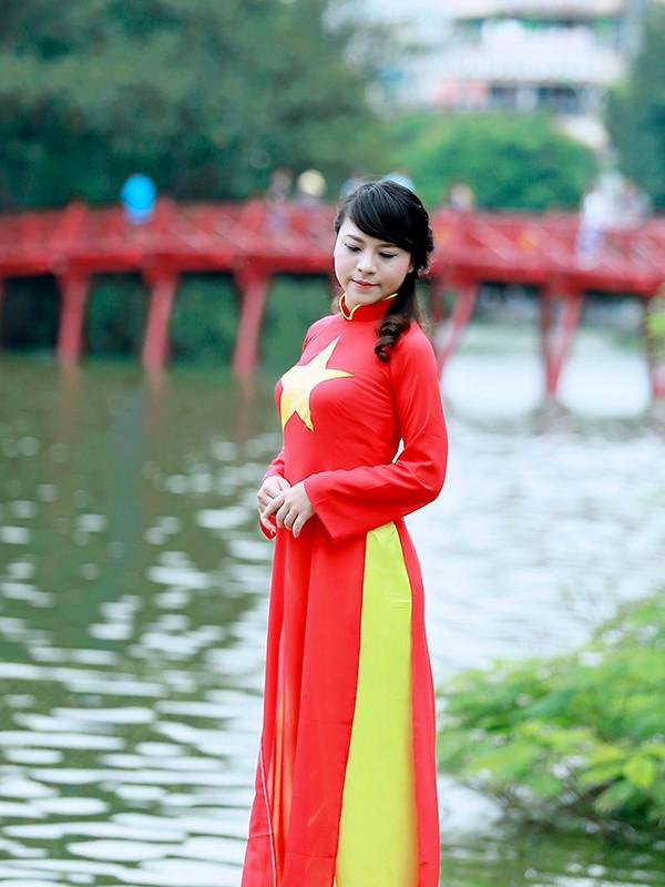 Nữ sinh Hà thành duyên dáng với áo dài cờ đỏ sao vàng - ảnh 14