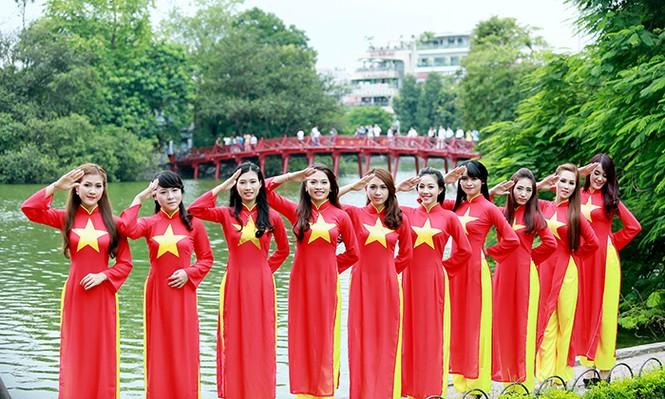 Nữ sinh Hà thành duyên dáng với áo dài cờ đỏ sao vàng - ảnh 3