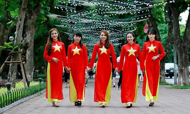 Nữ sinh Hà thành duyên dáng với áo dài cờ đỏ sao vàng - ảnh 4