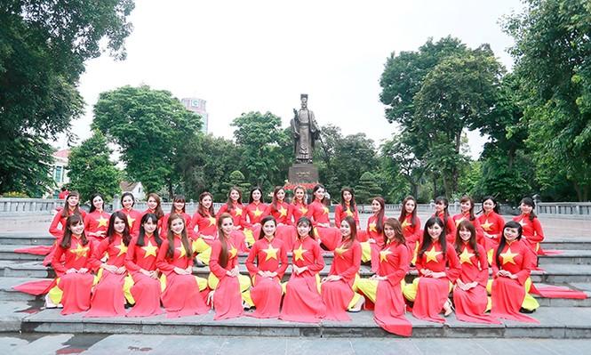 Nữ sinh Hà thành duyên dáng với áo dài cờ đỏ sao vàng - ảnh 1