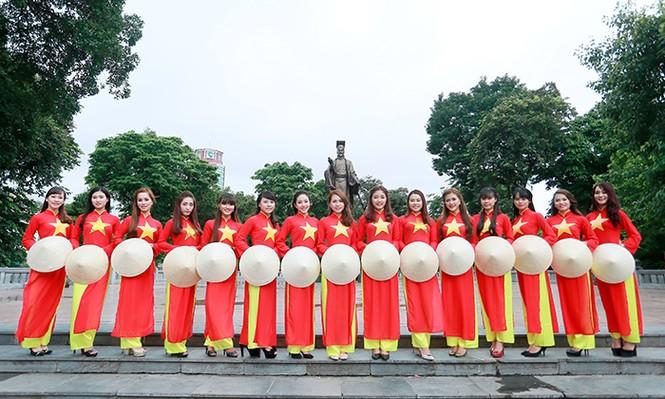 Nữ sinh Hà thành duyên dáng với áo dài cờ đỏ sao vàng - ảnh 2