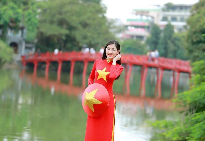 Nữ sinh khoe nét đẹp với áo dài 'Tôi yêu Tổ quốc tôi' - ảnh 16