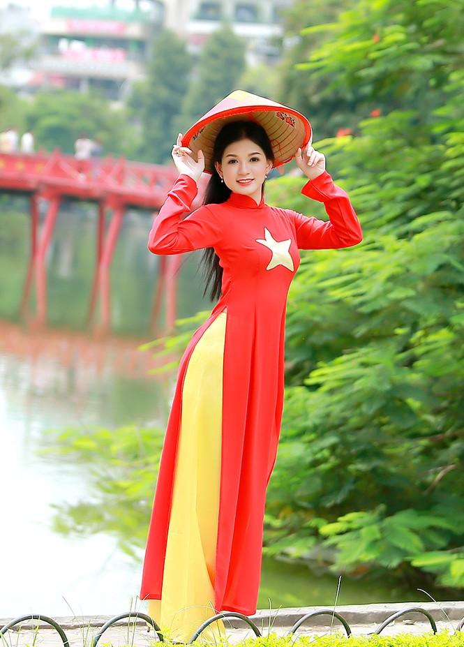 Nữ sinh khoe nét đẹp với áo dài 'Tôi yêu Tổ quốc tôi' - ảnh 17