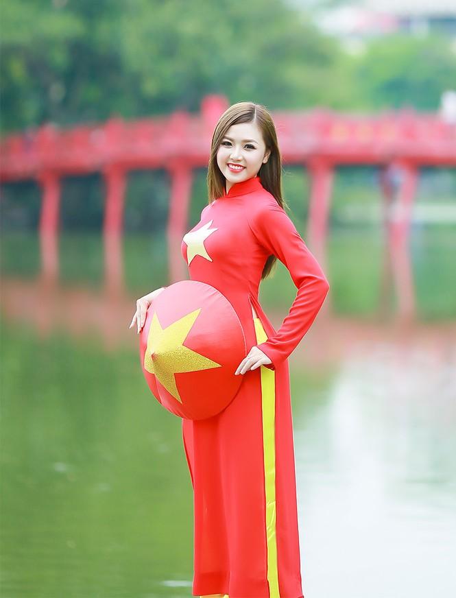 Nữ sinh khoe nét đẹp với áo dài 'Tôi yêu Tổ quốc tôi' - ảnh 13