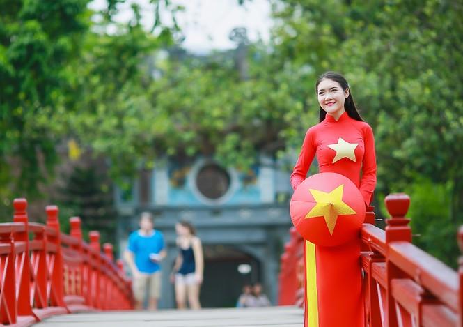 Nữ sinh khoe nét đẹp với áo dài 'Tôi yêu Tổ quốc tôi' - ảnh 18