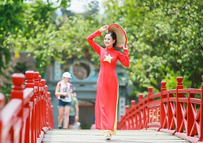 Nữ sinh khoe nét đẹp với áo dài 'Tôi yêu Tổ quốc tôi' - ảnh 20