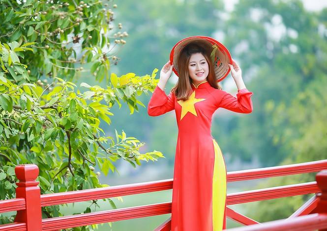 Nữ sinh khoe nét đẹp với áo dài 'Tôi yêu Tổ quốc tôi' - ảnh 21