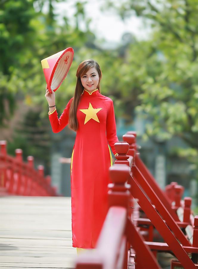Nữ sinh khoe nét đẹp với áo dài 'Tôi yêu Tổ quốc tôi' - ảnh 25