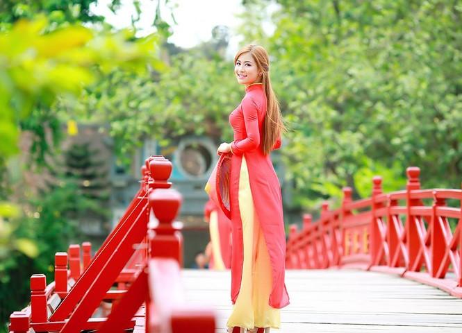 Nữ sinh khoe nét đẹp với áo dài 'Tôi yêu Tổ quốc tôi' - ảnh 9