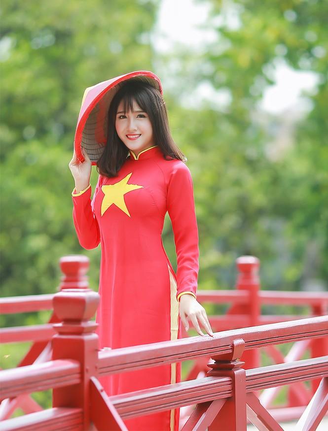 Nữ sinh khoe nét đẹp với áo dài 'Tôi yêu Tổ quốc tôi' - ảnh 11