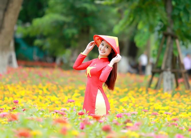 Nữ sinh khoe nét đẹp với áo dài 'Tôi yêu Tổ quốc tôi' - ảnh 15