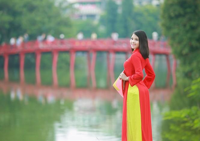 Nữ sinh khoe nét đẹp với áo dài 'Tôi yêu Tổ quốc tôi' - ảnh 10