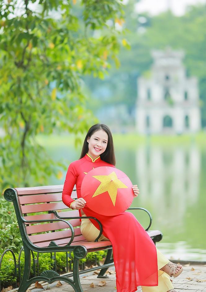 Nữ sinh khoe nét đẹp với áo dài 'Tôi yêu Tổ quốc tôi' - ảnh 6