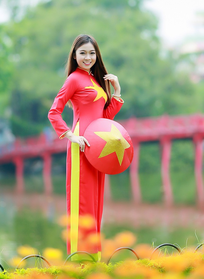Nữ sinh khoe nét đẹp với áo dài 'Tôi yêu Tổ quốc tôi' - ảnh 12