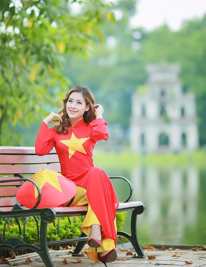 Nữ sinh khoe nét đẹp với áo dài 'Tôi yêu Tổ quốc tôi' - ảnh 5