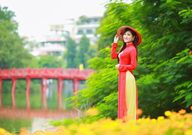 Nữ sinh khoe nét đẹp với áo dài 'Tôi yêu Tổ quốc tôi' - ảnh 3