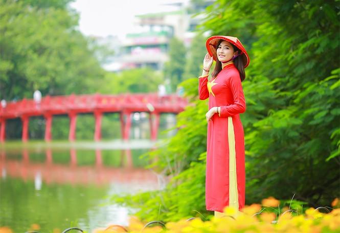 Nữ sinh khoe nét đẹp với áo dài 'Tôi yêu Tổ quốc tôi' - ảnh 2
