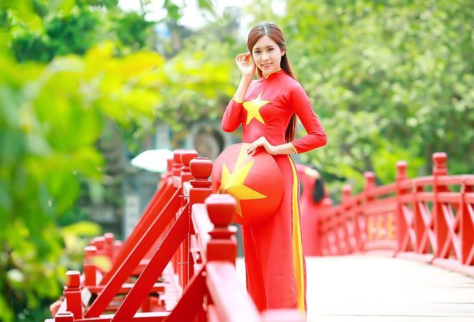 Nữ sinh khoe nét đẹp với áo dài 'Tôi yêu Tổ quốc tôi' - ảnh 1