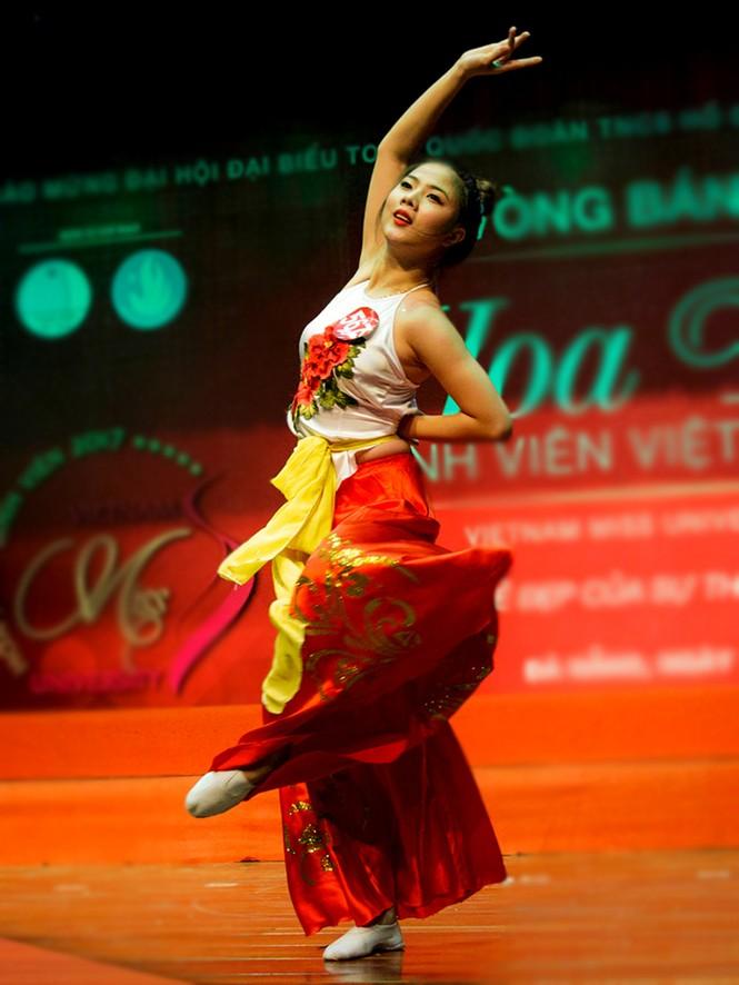 Thí sinh Hoa khôi sinh viên trổ tài múa chén, vẽ tranh trên thuỷ tinh - ảnh 4