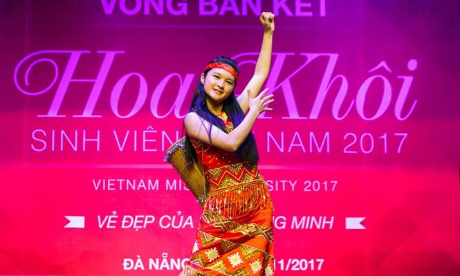 Thí sinh Hoa khôi sinh viên trổ tài múa chén, vẽ tranh trên thuỷ tinh - ảnh 5