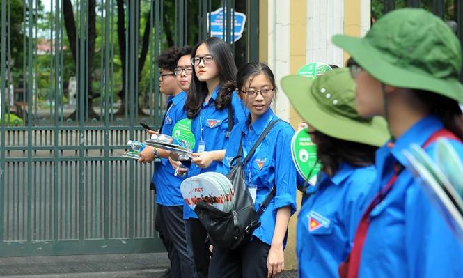 Tình nguyện viên rạng rỡ tiếp sức thí sinh thi lớp 10 công lập - ảnh 3