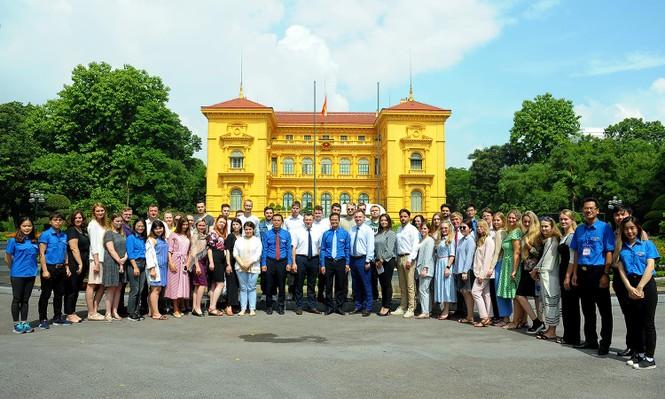 Đoàn đại biểu thanh niên Nga viếng Lăng Chủ tịch Hồ Chí Minh - ảnh 6