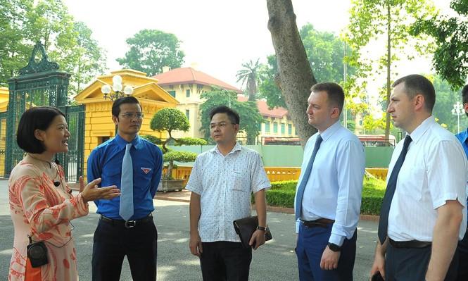 Đoàn đại biểu thanh niên Nga viếng Lăng Chủ tịch Hồ Chí Minh - ảnh 4