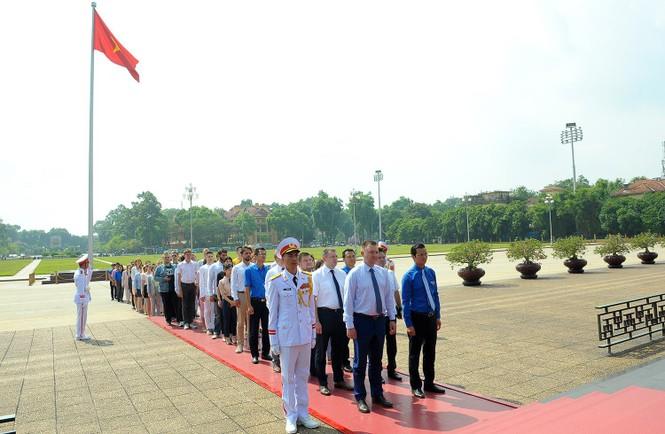 Đoàn đại biểu thanh niên Nga viếng Lăng Chủ tịch Hồ Chí Minh - ảnh 3