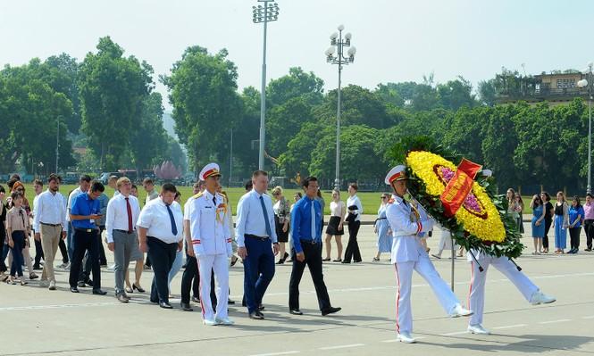 Đoàn đại biểu thanh niên Nga viếng Lăng Chủ tịch Hồ Chí Minh - ảnh 2