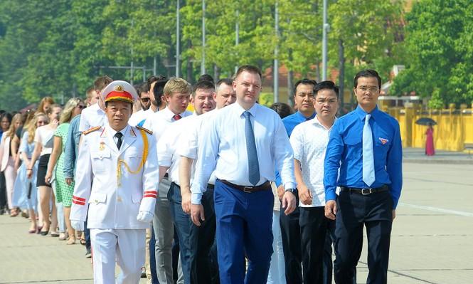 Đoàn đại biểu thanh niên Nga viếng Lăng Chủ tịch Hồ Chí Minh - ảnh 1
