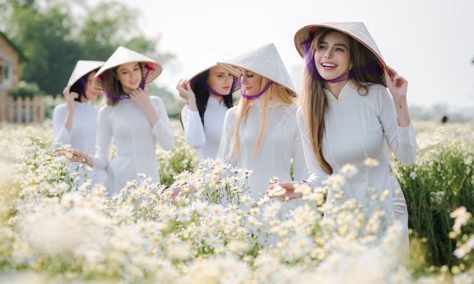 Thiếu nữ phương Tây khoe sắc giữa đồng hoa hoạ mi Hà thành - ảnh 1