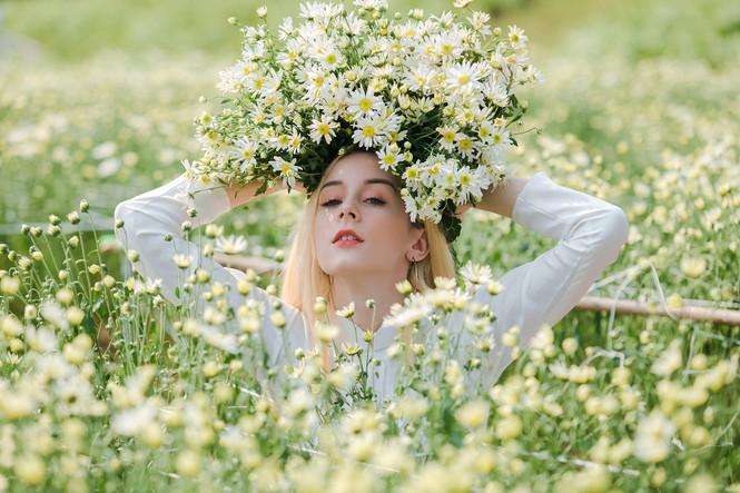 Thiếu nữ phương Tây khoe sắc giữa đồng hoa hoạ mi Hà thành - ảnh 4