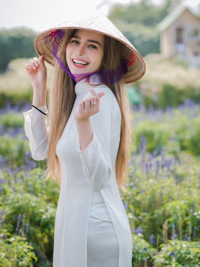 Thiếu nữ phương Tây khoe sắc giữa đồng hoa hoạ mi Hà thành - ảnh 5